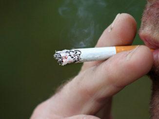 Äcklig rökare röker en äcklig cigarett